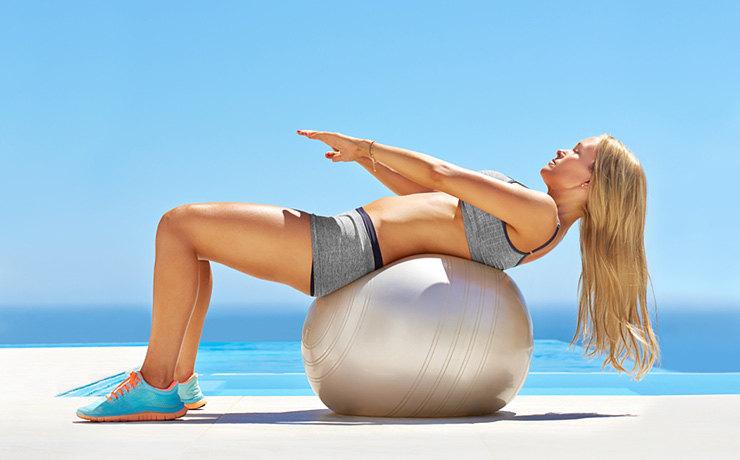 Упражнения для мышц живота с большим мячом