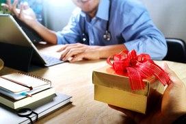 Учителям и врачам разрешат принимать подарки
