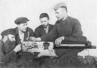 Рабочие завода им. К. Маркса изучают пулемет. Июль 1941 г.