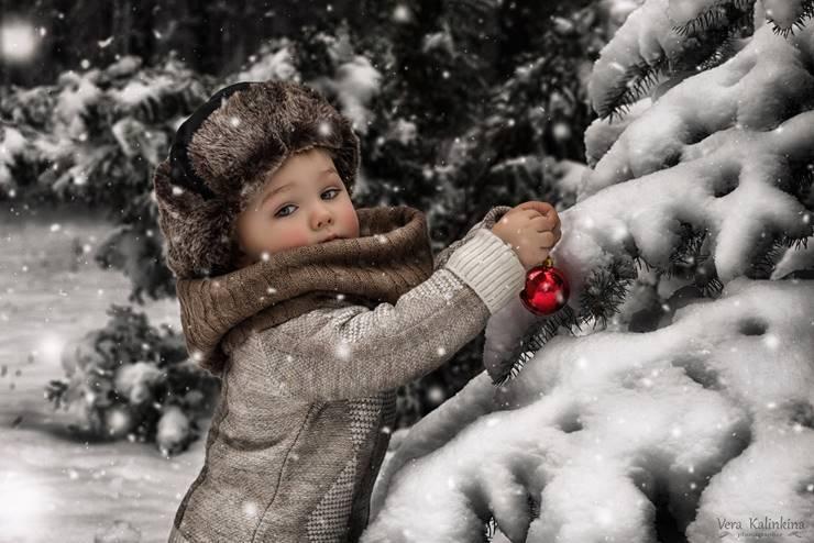 malchik-zima-elka-igrushka-sneg