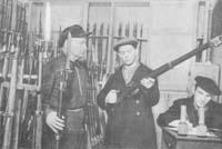 Бойцы рабочего отряда получают оружие. Сентябрь 1941 г.