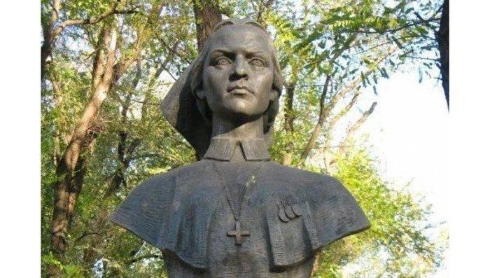 Бюст Даши Севастопольской в Днепропетровске