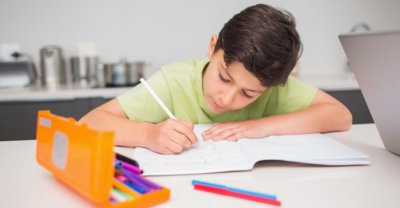 Ребёнок делает домашнее задание