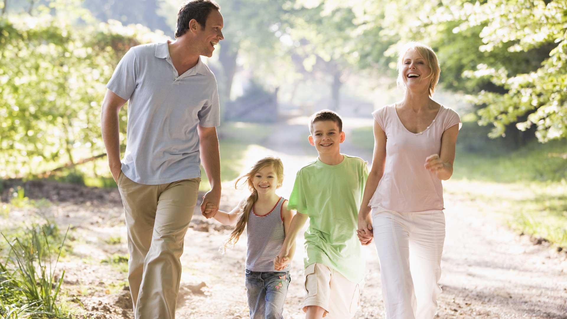 Дети гуляют с родителями картинки