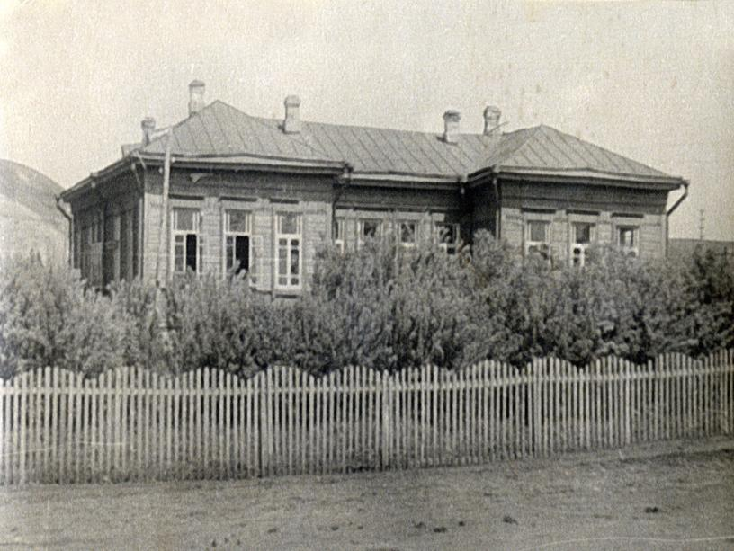 С августа 1935 года школа стала называться «Образцовой неполной средней школой»